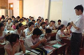 课堂上老师与学生互动